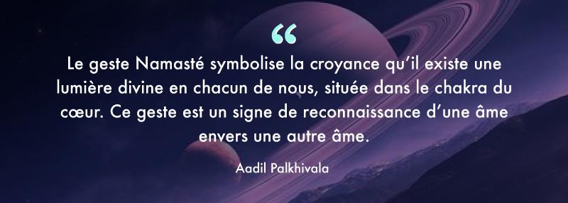 """💕Signification de Namasté selon le professeur de yoga Aadil Palkhivala : """"Le geste Namasté symbolise la croyance qu'il existe une lumière divine en chacun de nous, située dans le chakra du cœur. Ce geste est un signe de reconnaissance d'une âme envers une autre âme."""" #Namasté #yoga #univers #merci #gratitude #amour"""