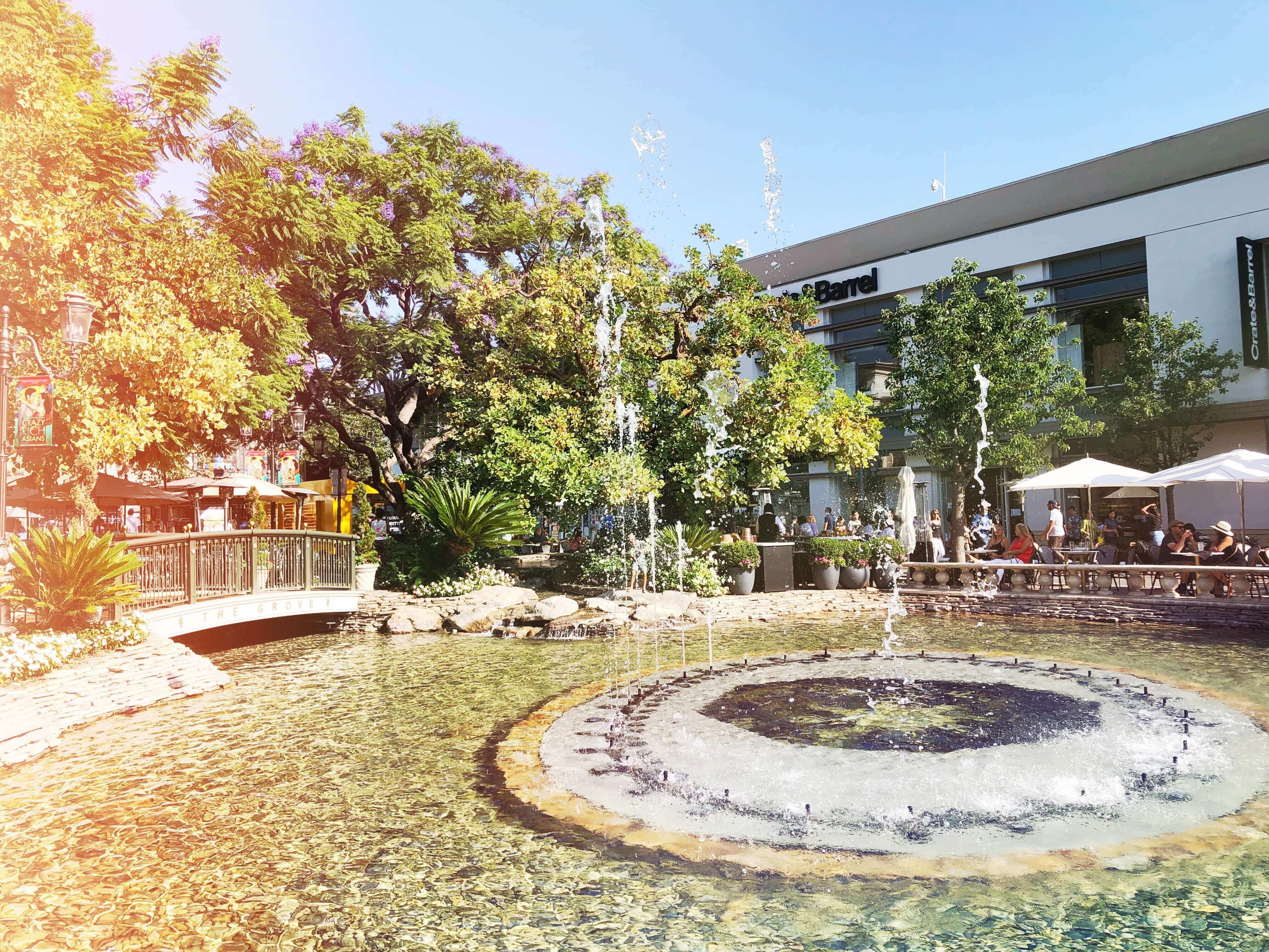 The Grove of Beverly Hills 🎬 Mes 10 endroits préférés à Los Angeles. Carte des quartiers Los Angeles, sur Goodie Mood, le blog Feel Good et Créativité #losAngeles #expatlife #changerdevie #venice #santaMonica #theGrove #beverlyHills