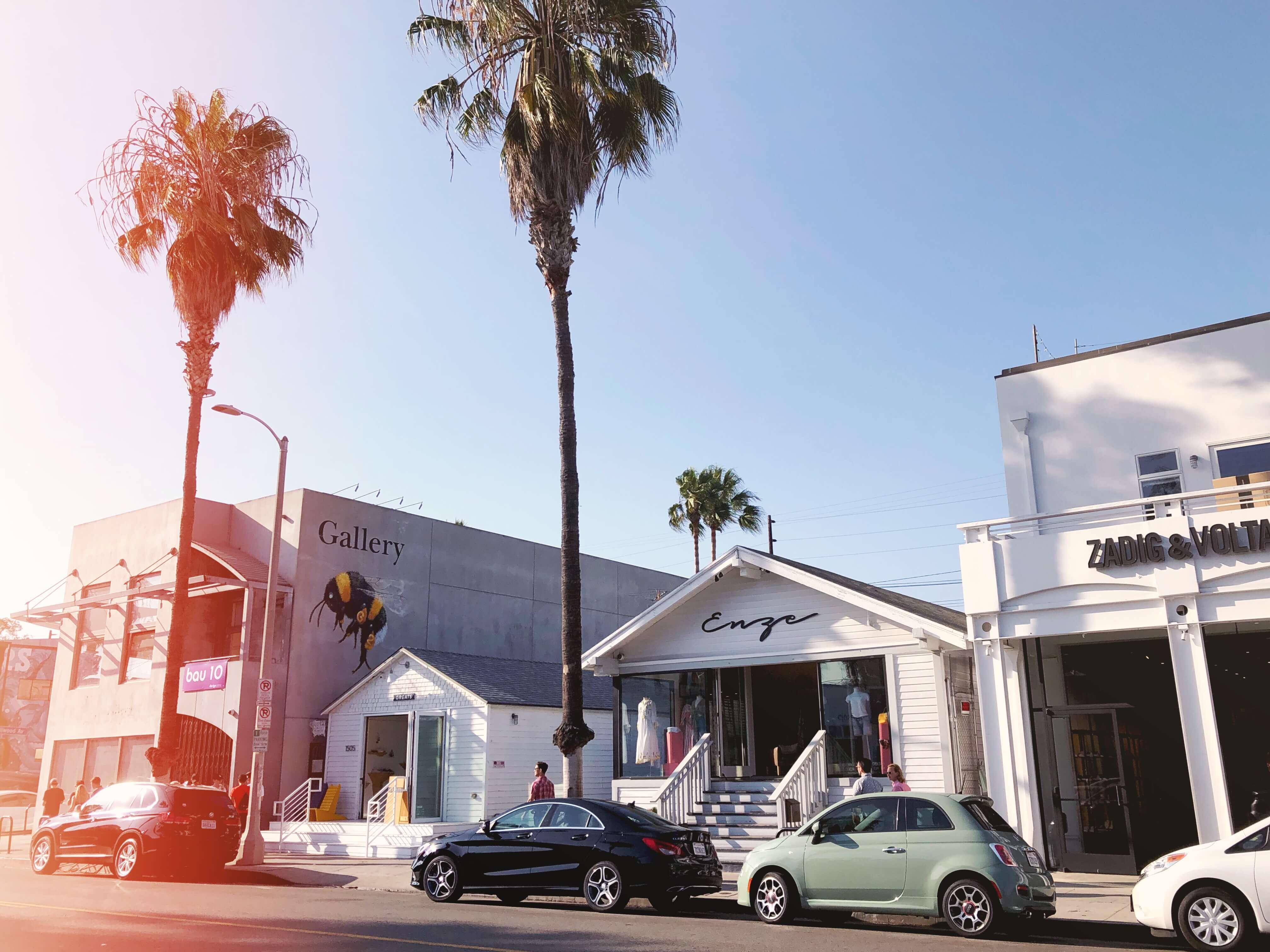 Abbot Kinney Boulevard 🎬 Mes 10 endroits préférés à Los Angeles. Carte des quartiers Los Angeles, sur Goodie Mood, le blog Feel Good et Créativité #losAngeles #expatlife #changerdevie #venice #santaMonica #theGrove #beverlyHills