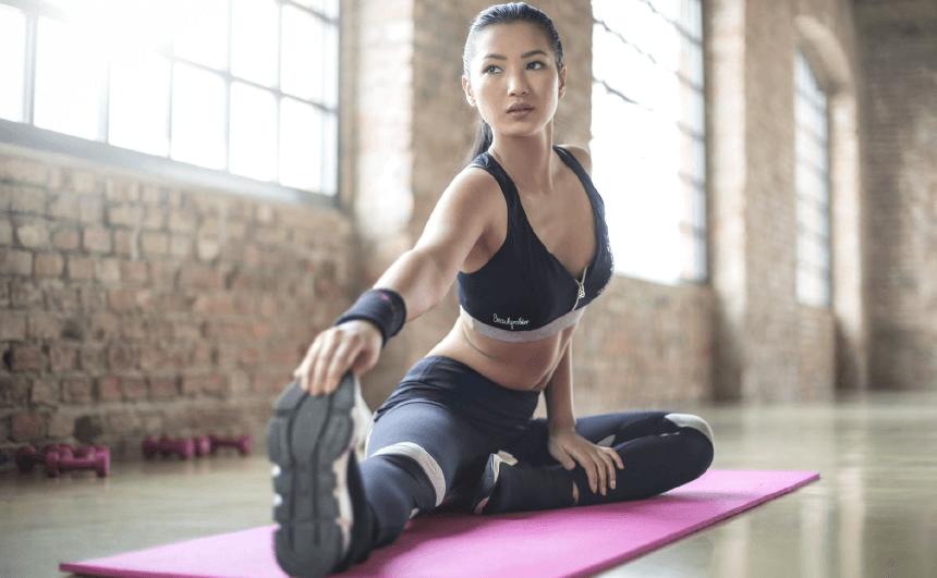 Les postures de yoga, connues sous le nom d'asanas, aident à atténuer l'inconfort physique causé par l'anxiété