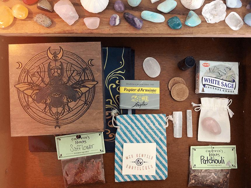 Dans ma boîte : encens, papier d'Arménie, bougies et sélénite