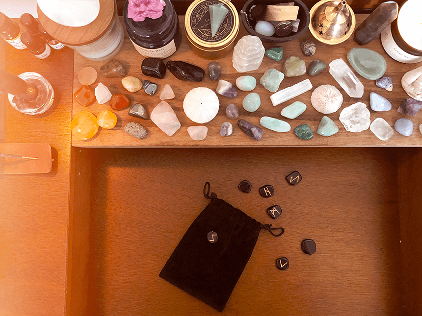 Mon autel, ma collection de pierres et cristaux, mes runes - Goodie Mood