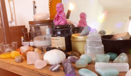 Mon autel, ma collection de pierres et cristaux, et ma bibliothèque